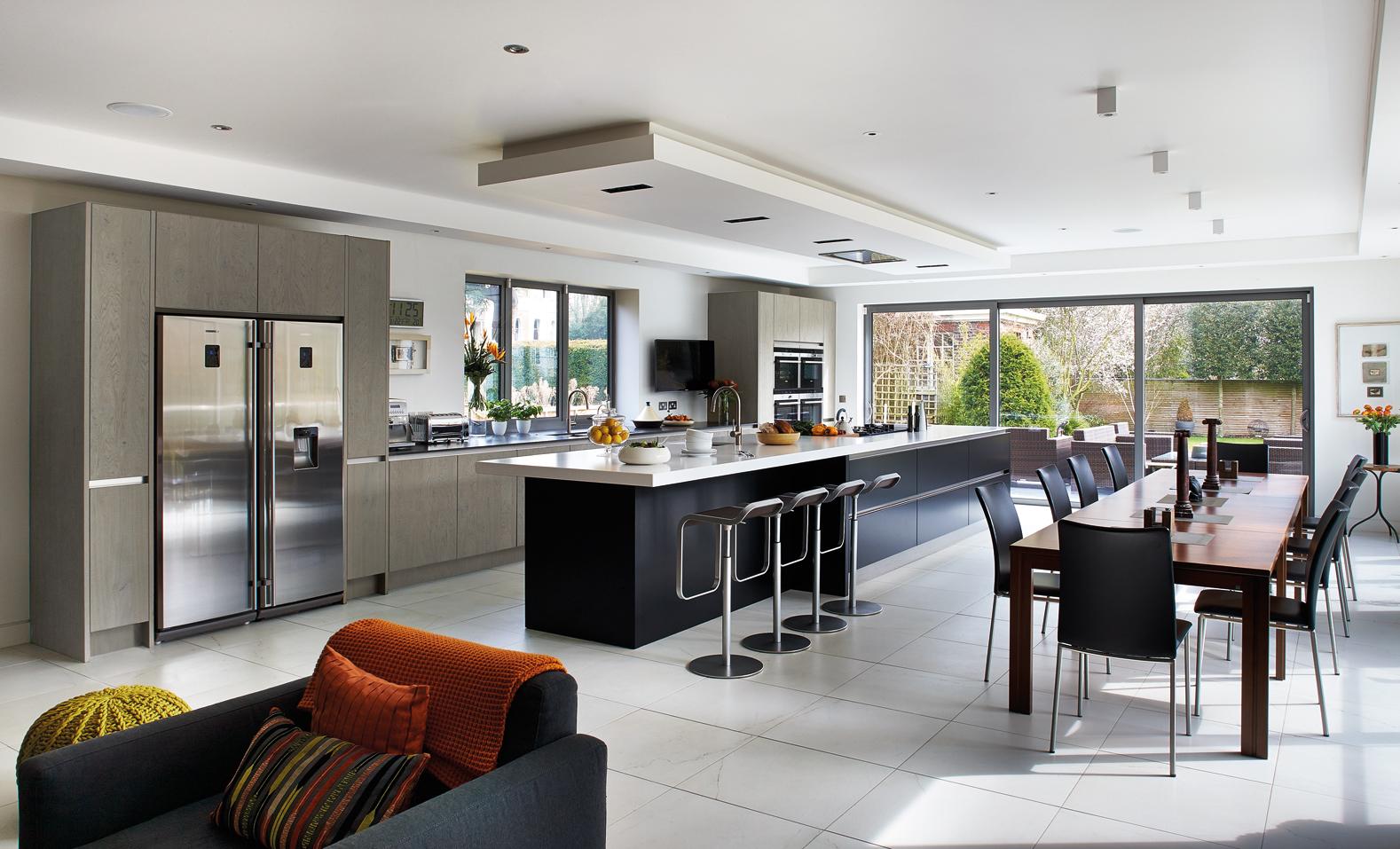 Moderne witte keuken met doorlopend keukeneiland